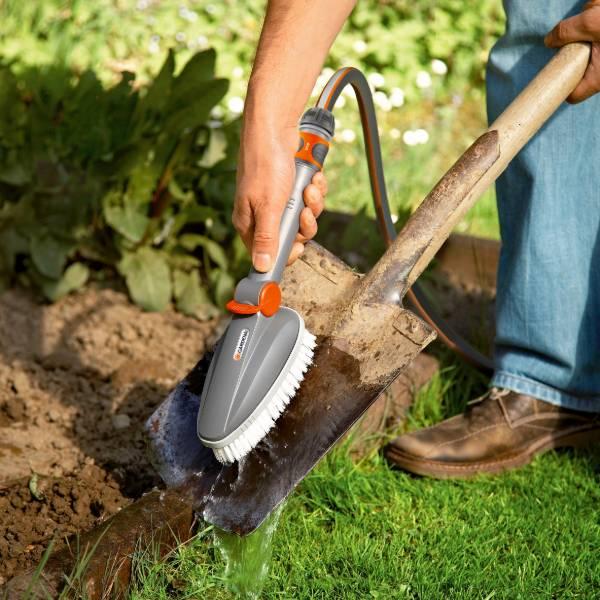 5572-20 (Gardena Hand-Held Scrubbing Brush) LS PIC (2)