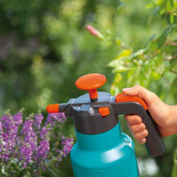 (814-20 Gardena Pressure Sprayer 1.25 Litre) Lifestyle Pic (2)