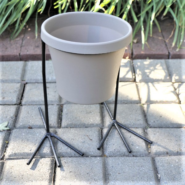 70063905 - Sebor Pot with Chicken feet Stand, Potting Soil and Living herb (3)